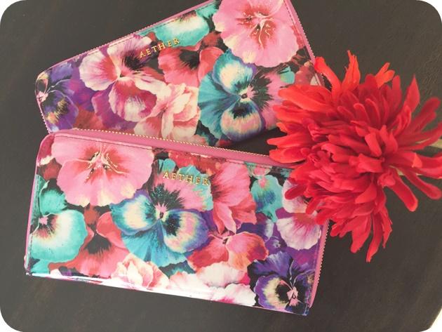 華やかな花柄タイプの長財布