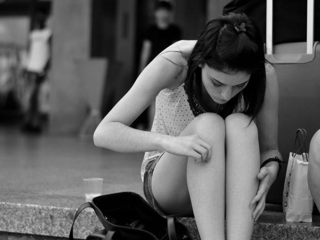 膝の黒ずみの原因と対策